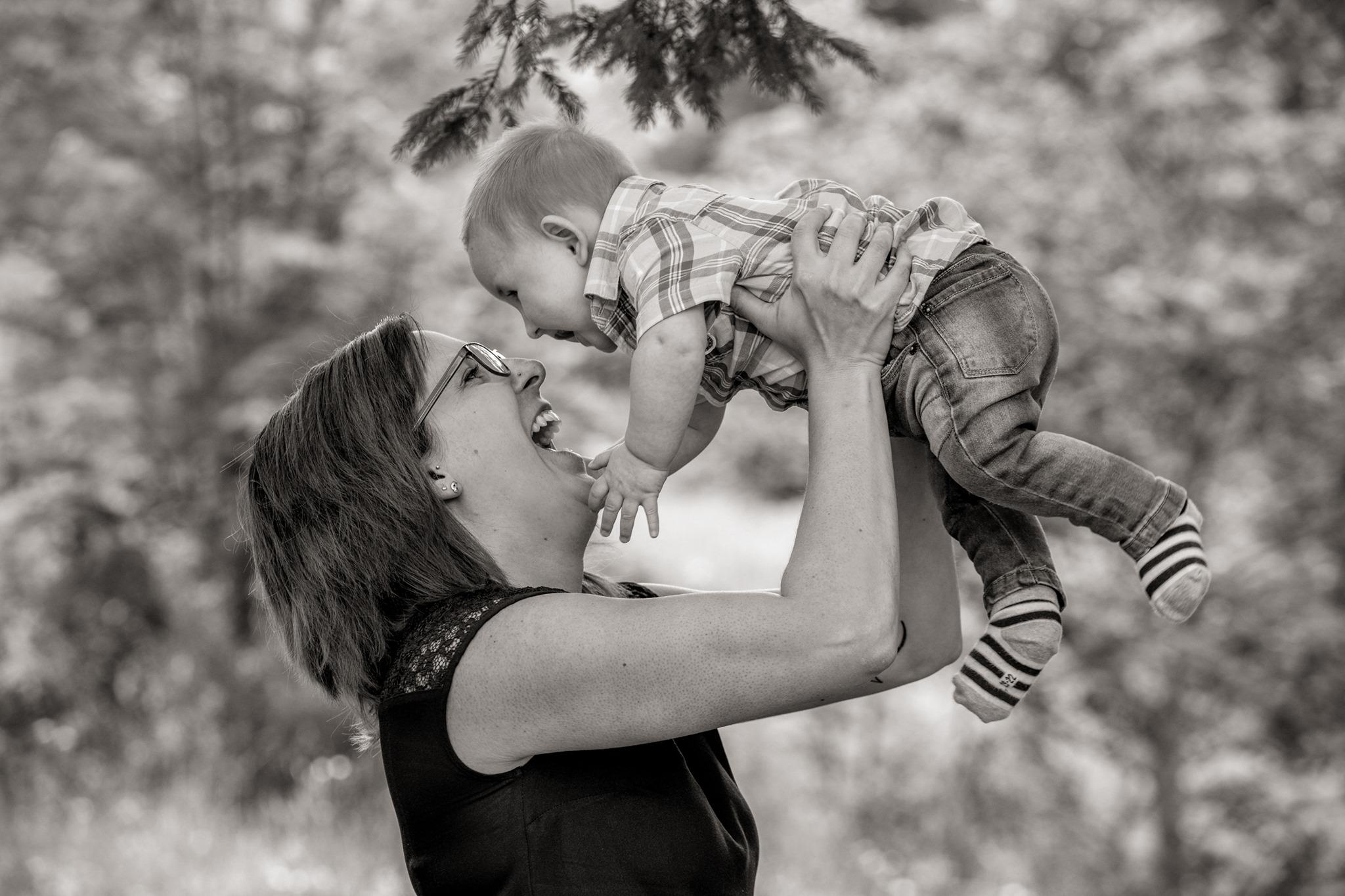 Mutter mit Baby beim Familienshooting