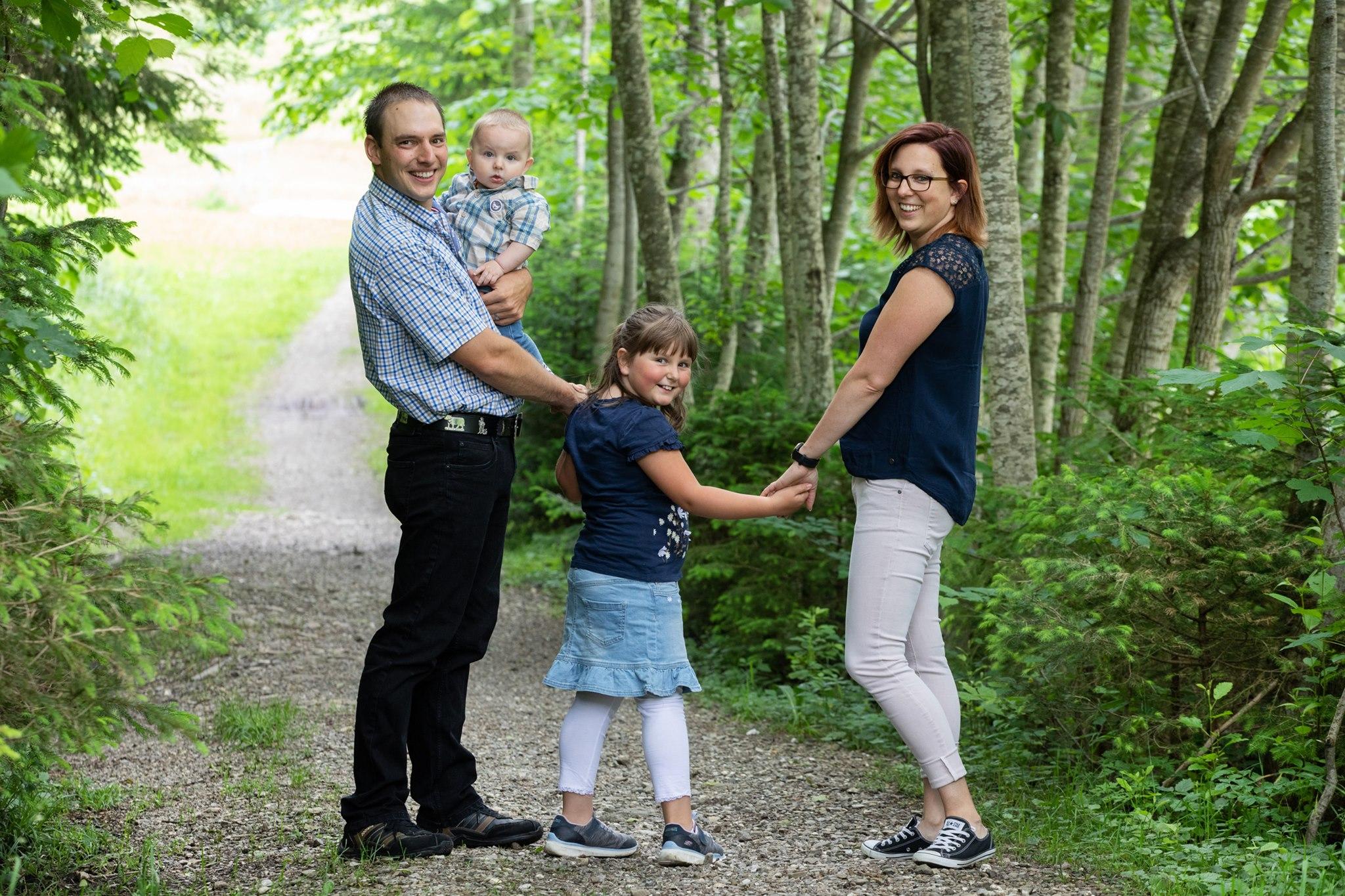 Familienshooting mit 2 Kinder im Wald