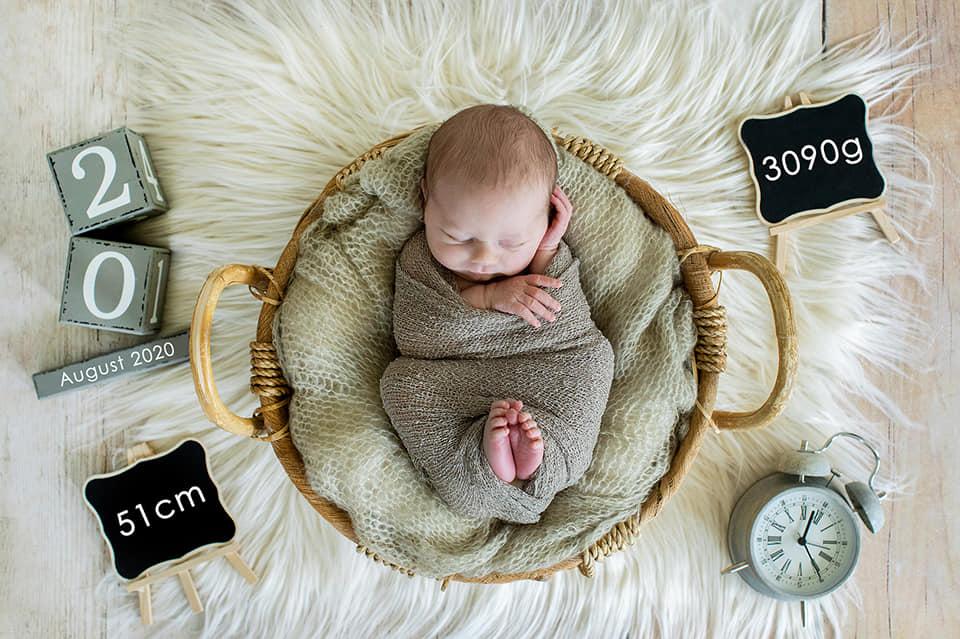 Newborn Foto für Karte Robin